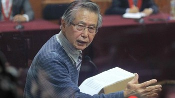 """LIM02. LIMA (PERÚ), 29/12/2014.- El expresidente de Perú Alberto Fujimori habla durante su alegato final de defensa hoy, lunes 29 de diciembre de 2014, en Lima (Perú). Fujimori (1990-2000) se declaró inocente del desvío de fondos públicos al Servicio de Inteligencia Nacional (SIN) para la compra de la línea editorial de un grupo de diarios sensacionalistas de cara a su segunda reelección en el año 2000. Aseguró que no hay """"pruebas fehacientes ni sólidas"""" para condenarlo por el delito que le acusa por la presunta comisión del delito de peculado (malversación de fondos públicos) en el juicio del denominado caso de los """"diarios chicha"""", que hoy quedó visto para sentencia tras celebrar su última audiencia. EFE/Paolo Aguilar"""
